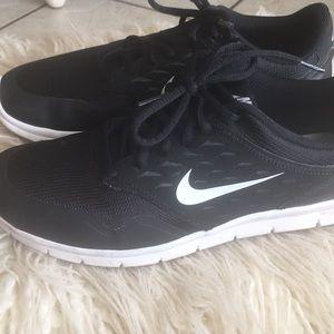 Nike : black tennis shoes